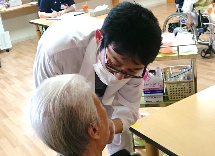 医療法人健康会介護老人保健施設アイリスでの診察の様子